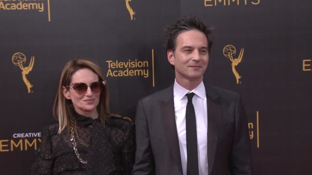 vídeos de stock e filmes b-roll de jeff russo and nina gordon at the 2016 creative arts emmy awards - day 1 - arrivals at microsoft theater on september 10, 2016 in los angeles,... - microsoft theater los angeles