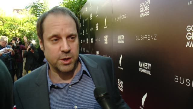 vídeos de stock e filmes b-roll de interview jeff skoll on how it feels to be honored here today at art for amnesty's pregolden globes recognition brunch in los angeles ca - prémio globo de ouro