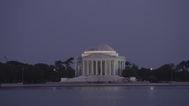 ws jefferson memorial at dusk looking across potomac river / washington dc, united states - トーマス ジェファーソン点の映像素材/bロール