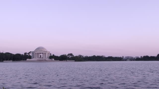ws jefferson memorial overlooking potomac river / washington dc, united states - トーマス ジェファーソン点の映像素材/bロール