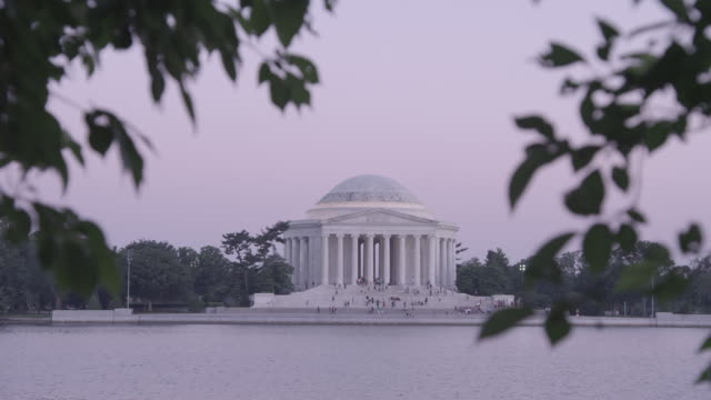 ws jefferson memorial sitting on the banks of potomac river at dusk / washington dc, united states - トーマス ジェファーソン点の映像素材/bロール
