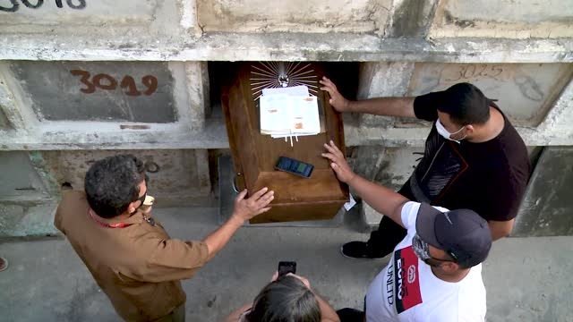 jefferson silva de souza prays next to his brother after the death of his father francisco leocadio de souza filho a victim of covid-19 at caju... - cemetery stock videos & royalty-free footage