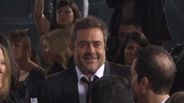 jeffrey dean morgan at the 'the losers' premiere at hollywood ca - stoppelbart stock-videos und b-roll-filmmaterial