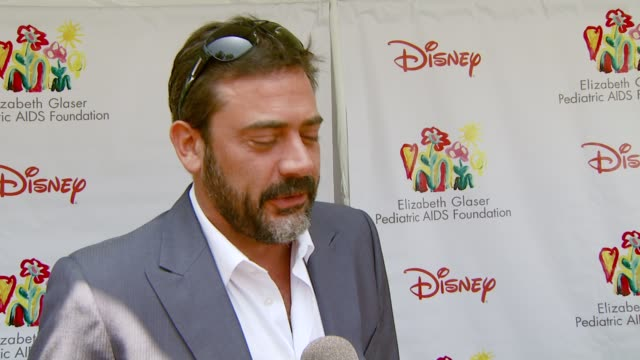 jeffrey dean morgan on the event working the cupcake booth and what qualifies him for the task at the 'a time for heroes' carnival to benefit the... - アタイムフォーヒーローズ点の映像素材/bロール