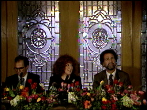 vidéos et rushes de jeffrey katzenberg at the bette midler press conference at chasen's in beverly hills california on february 4 1987 - bette midler