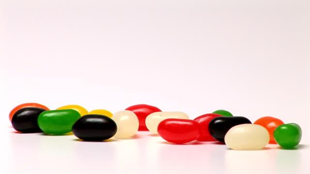 vídeos de stock e filmes b-roll de jelly beans - coinfeitos