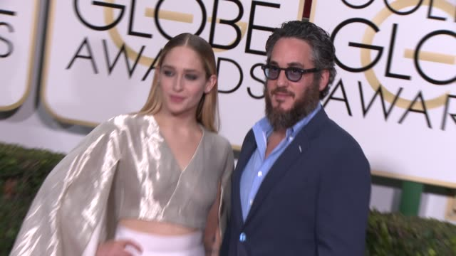 vídeos y material grabado en eventos de stock de jemima kirke and mike mosberg at the 72nd annual golden globe awards - arrivals at the beverly hilton hotel on january 11, 2015 in beverly hills,... - the beverly hilton hotel