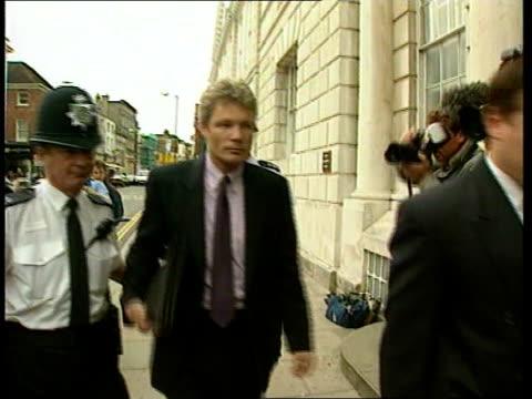 vídeos de stock e filmes b-roll de jenkins murder trial; itn england: sussex: lewes: ext sion jenkins, foster father of billie-jo jenkins, along to court i/c - acolhimento familiar