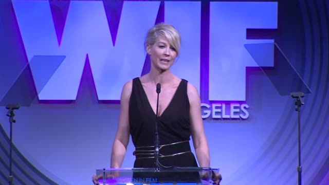 stockvideo's en b-roll-footage met speech jenna elfman at 2013 women in film crystal lucy awards sponsored by max mara swarovski and kodak 2013 women in film crystal lucy awards... - beverly hilton hotel