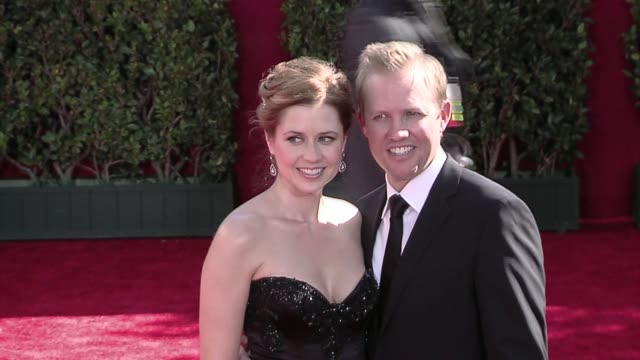 jenna fischer and guest at the 61st annual primetime emmy awards arrivals part 3 at los angeles ca - annual primetime emmy awards stock-videos und b-roll-filmmaterial