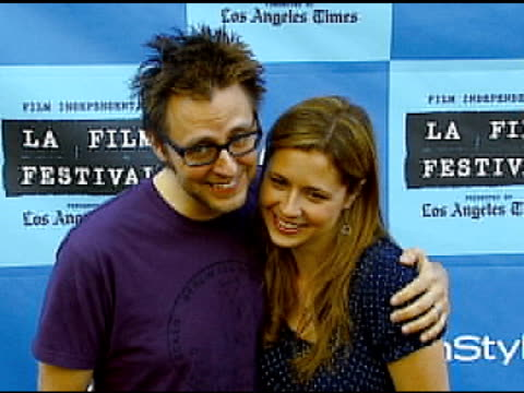jenna fischer and husband james gunn at the 'little miss sunshine' premiere at wadsworth theatre in los angeles california on july 2 2006 - wadsworth theatre stock videos & royalty-free footage