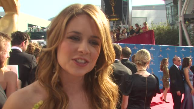vidéos et rushes de jenna fisher on who she's wearing and why she picked it, the show's nomination, how late she's staying out, who else she's rooting for at the 62nd... - nominations aux emmy awards