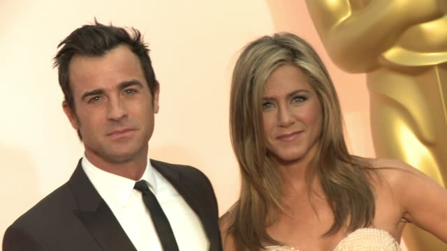 vídeos y material grabado en eventos de stock de jennifer aniston and justin theroux at 87th annual academy awards - arrivals at dolby theatre on february 22, 2015 in hollywood, california. - 2015