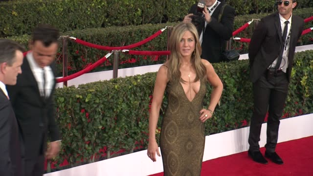 jennifer aniston and justin theroux at the 21st annual screen actors guild awards - arrivals at the shrine auditorium on january 25, 2015 in los... - screen actors guild awards stock-videos und b-roll-filmmaterial