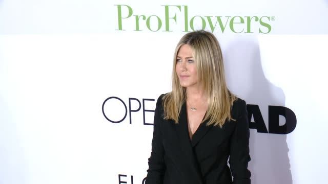 "vidéos et rushes de jennifer aniston at ""mother's day"" world premiere at tcl chinese theatre on april 13, 2016 in hollywood, california. - tapis rouge"