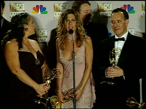 vídeos y material grabado en eventos de stock de jennifer aniston at the 2002 emmy awards press room at the shrine auditorium in los angeles, california on september 22, 2002. - premios emmy