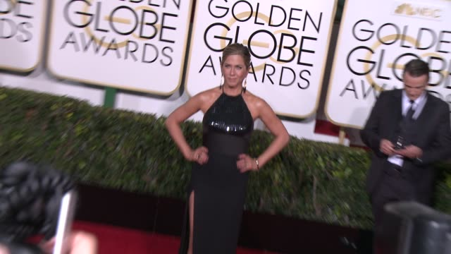 vídeos y material grabado en eventos de stock de jennifer aniston at the 72nd annual golden globe awards - arrivals at the beverly hilton hotel on january 11, 2015 in beverly hills, california. - 2015