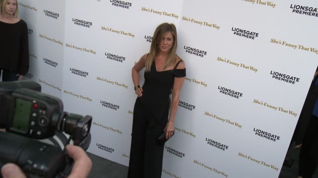 "vidéos et rushes de jennifer aniston at the ""she's funny that way"" los angeles premiere at harmony gold theatre on august 19, 2015 in los angeles, california. - tapis rouge"