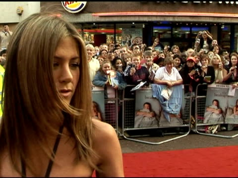 vídeos de stock e filmes b-roll de jennifer aniston on how the script was so well written and true to life at the 'the break-up' � london premiere at london . - vestido preto