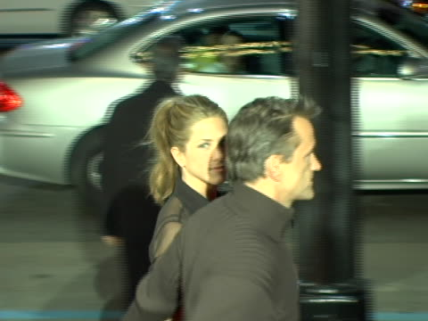 vídeos de stock e filmes b-roll de jennifer aniston walks over to fans to sign autographs at the los angeles premiere of friends with money at the egyptian theatre in hollywood, ca. - vestido preto