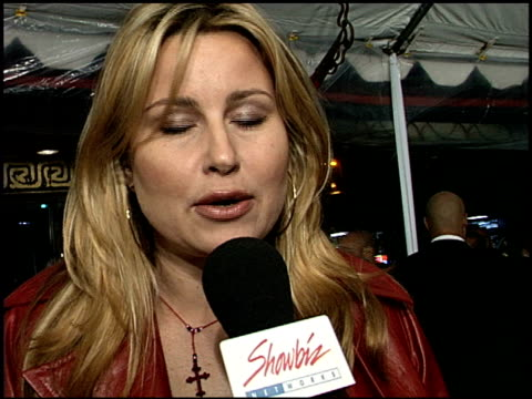 jennifer coolidge at the 'down to earth' premiere at grauman's chinese theatre in hollywood california on february 12 2001 - mann theaters stock-videos und b-roll-filmmaterial