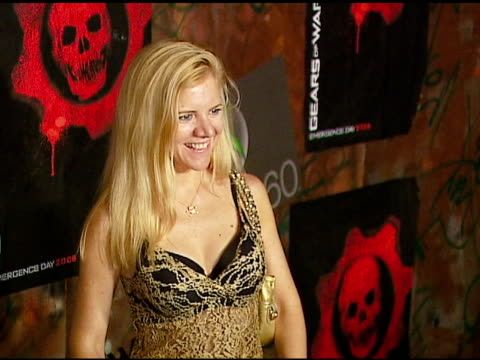 jennifer cox at the xbox 360 'gears of war' launch at hollywood forever cemetery in los angeles, california on october 25, 2006. - ギアーズオブウォー点の映像素材/bロール