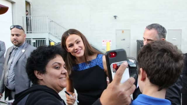 stockvideo's en b-roll-footage met jennifer garner signs autographs for fans outside jimmy kimmel live at el capitan theater in hollywood on october 09 2018 at celebrity sightings in... - el capitan theater