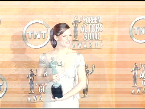 stockvideo's en b-roll-footage met jennifer garner winner for outstanding female actor in a drama series for 'alias' at the 2005 screen actors guild sag awards photo room at the shrine... - screen actors guild awards