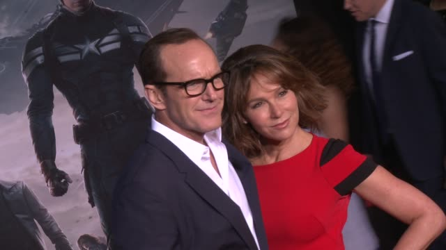 vídeos y material grabado en eventos de stock de jennifer grey and clark gregg at the captain america the winter soldier los angeles premiere at the el capitan theatre on march 13 2014 in hollywood... - cines el capitán