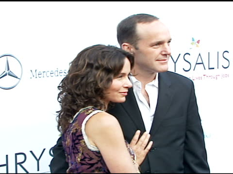 jennifer grey and clark gregg at the chrysalis' fifth annual butterfly ball at private residence in bel air, california on june 10, 2006. - chrysalis butterfly ball video stock e b–roll