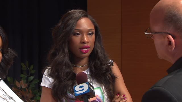 jennifer hudson and sister donated school supplies 5,000 low-income chicago students at an event that honors her late nephew, julian king on august... - ジェニファー・ハドソン点の映像素材/bロール