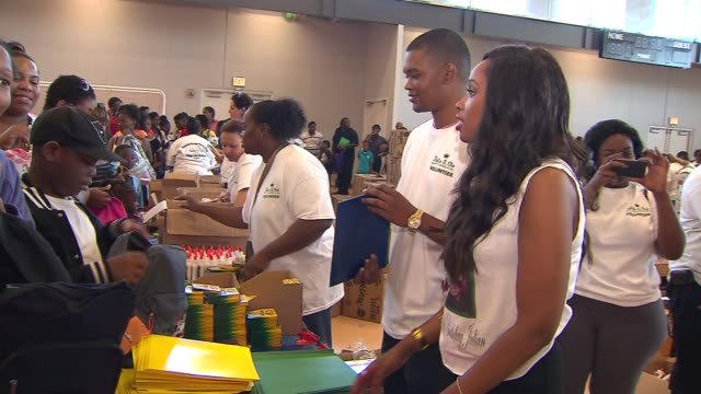 jennifer hudson and sister donated school supplies 5000 lowincome chicago students at an event that honors her late nephew julian king on august 14... - 学校備品点の映像素材/bロール