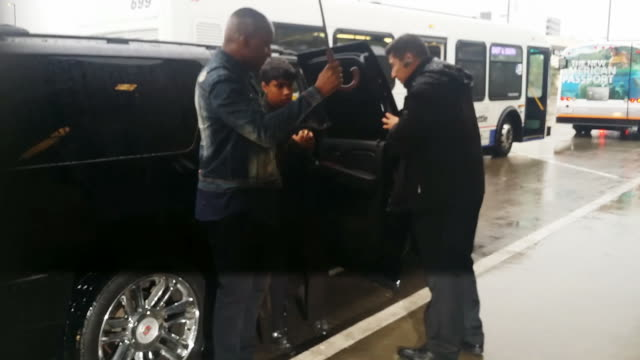 jennifer hudson arrives at los angeles international airport in celebrity sighting in los angeles, . - シンガーソングライター点の映像素材/bロール