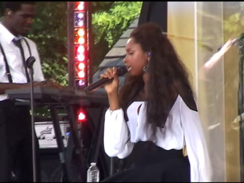 jennifer hudson gives her fans what they want as she performs on 'good morning america' in new york 06/10/11 - ジェニファー・ハドソン点の映像素材/bロール