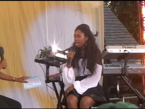 jennifer hudson performs for fans at 'good morning america' in new york 06/10/11 - ジェニファー・ハドソン点の映像素材/bロール