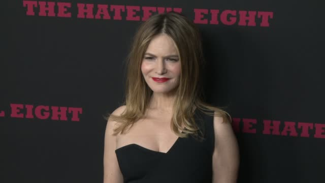 """jennifer jason leigh at """"the hateful eight"""" world premiere at arclight cinemas on december 07, 2015 in hollywood, california. - arclight cinemas hollywood stock-videos und b-roll-filmmaterial"""