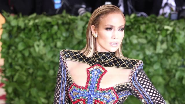 stockvideo's en b-roll-footage met jennifer lopez and alex rodriguez at heavenly bodies fashion the catholic imagination costume institute gala at the metropolitan museum of art on may... - jennifer lopez