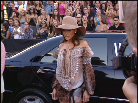 vídeos y material grabado en eventos de stock de jennifer lopez and husband cris judd arriving at lincoln center for the 2001 mtv mtv video music awards. the mtv video music awards are held at the... - 2001