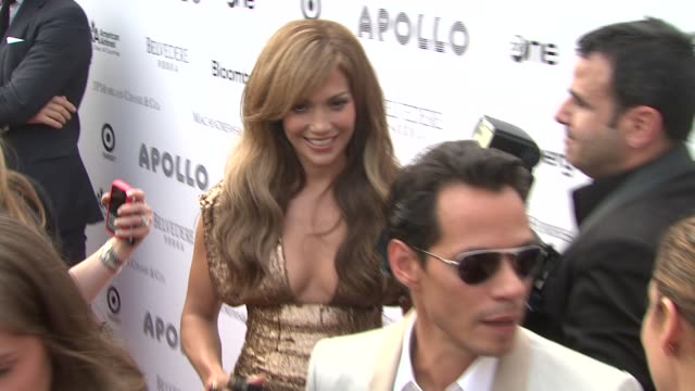 vídeos de stock e filmes b-roll de jennifer lopez and marc anthony at the 2010 apollo theater benefit concert awards ceremony arrivals at new york ny - benefit concert