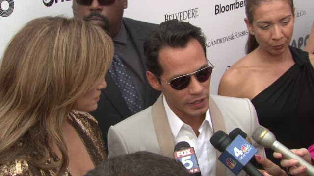 vídeos de stock e filmes b-roll de jennifer lopez and marc anthony on seeing the effect of humanitarian work at the 2010 apollo theater benefit concert awards ceremony arrivals at new... - benefit concert