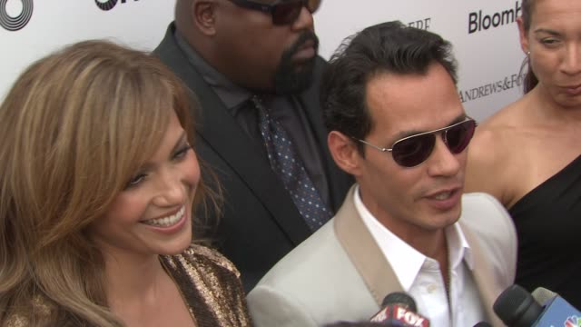 vídeos de stock e filmes b-roll de jennifer lopez and marc anthony on watching the apollo on tv and this being marc anthony's early stomping grounds at the 2010 apollo theater benefit... - benefit concert