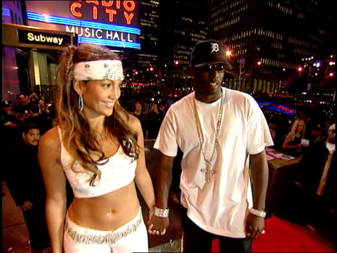 jennifer lopez and puff daddy arriving to the 2000 mtv video music awards red carpet - mtv点の映像素材/bロール