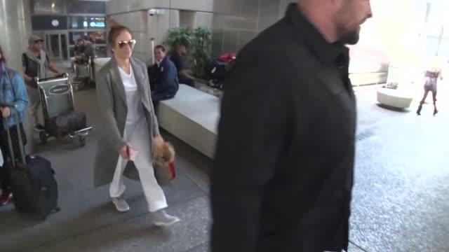 stockvideo's en b-roll-footage met jennifer lopez arriving at lax airport in los angeles celebrity sightings on march 28 2016 in los angeles california - jennifer lopez