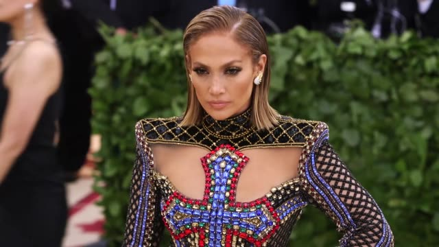 stockvideo's en b-roll-footage met fashion the catholic imagination costume institute gala at the metropolitan museum of art on may 7 2018 in new york city - jennifer lopez