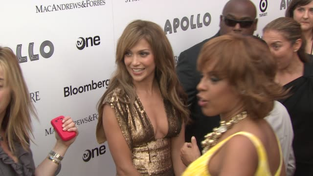 vídeos de stock e filmes b-roll de jennifer lopez marc anthony and gayle king at the 2010 apollo theater benefit concert awards ceremony arrivals at new york ny - benefit concert