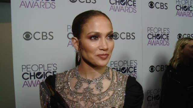 interview jennifer lopez on the event at people's choice awards 2017 in los angeles ca - ジェニファー・ロペス点の映像素材/bロール