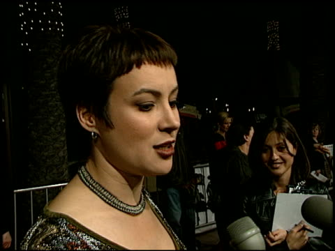 jennifer tilly at the 'liar liar' premiere at universal amphitheatre in universal city, california on march 18, 1997. - ギブソンアンフィシアター点の映像素材/bロール