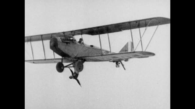 jenny airplane flying in air / pilot flies as second man hangs from bottom of plane / hanging man's perspective / narrator quotes richard h depew jr... - 複葉機点の映像素材/bロール