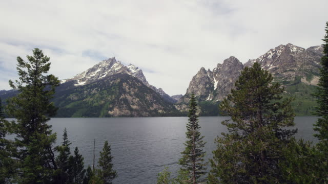 jenny lake and mountains in grand teton national park real time - grand teton stock-videos und b-roll-filmmaterial