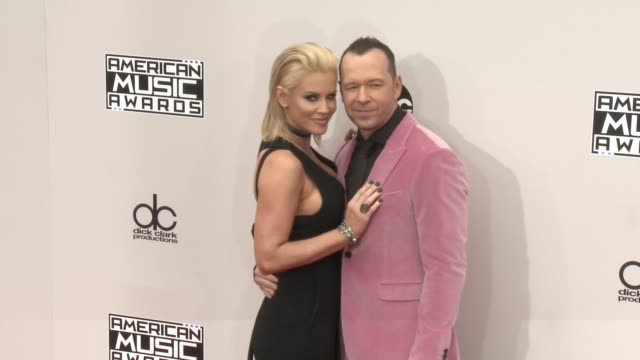 jenny mccarthy and donnie wahlberg at 2016 american music awards at microsoft theater on november 20, 2016 in los angeles, california. - ジェニー・マッカーシー点の映像素材/bロール